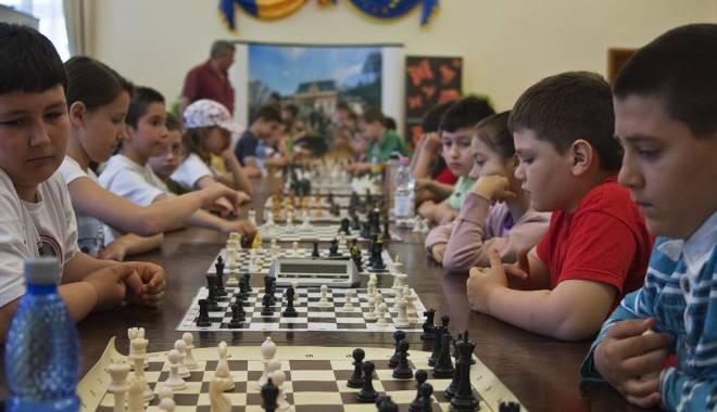 Foto: 15 şcoli constănţene vor fi dotate pentru ora de şah