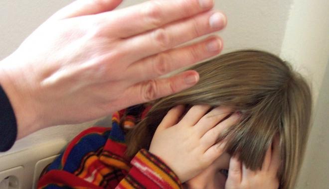 Din ce în ce mai mulţi copii din România au reclamat că au fost abuzaţi, în 2016. Numărul lor este în creştere cu 45 de procente - 160804slapchild-1485181228.jpg