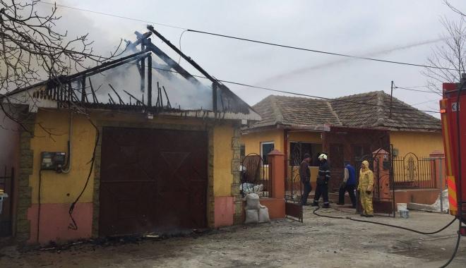 Foto: Incendiu puternic lângă o grădiniţă din Constanţa. Arde un atelier plin de vopseluri şi diluanţi