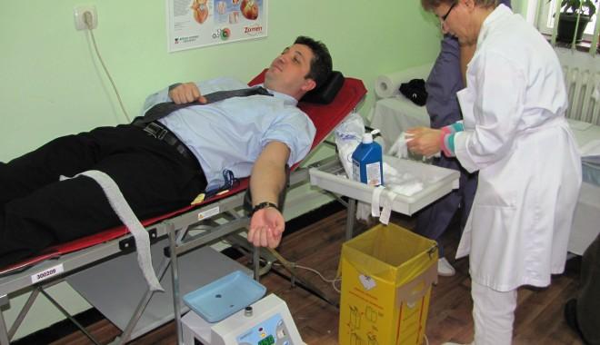Șeful Poliției Constanța a donat sânge - 16decembrieburlacuadonatsange-1324044150.jpg