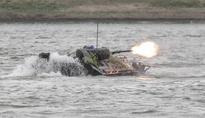 """Foto: CAUZELE SCUFUNDĂRII TAB-ULUI ÎN DUNĂRE. """"Echipajul a raportat infiltrarea apei în interiorul transportorului"""". Vehiculul militar nu a fost încă scos din apă"""