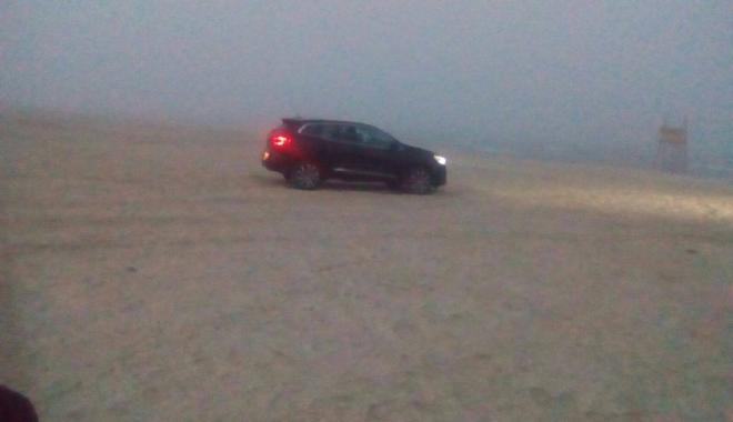 Foto: Şoferi de week-end! Riscă 20.000 lei amendă, după ce a intrat cu maşina pe plajă. VIDEO