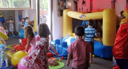 """Foto: """"Copiii bolnavi şi răi - un pericol la locurile de joacă!"""""""