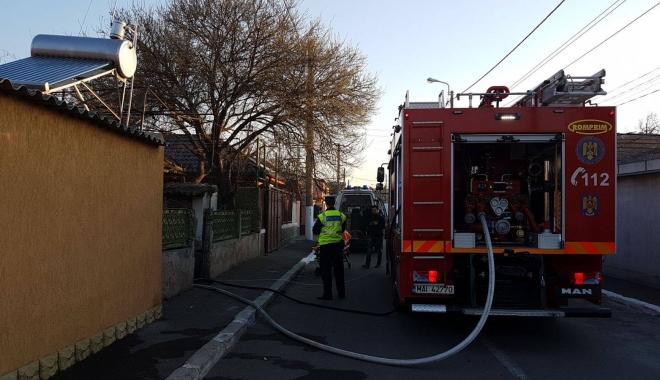 Foto: FOTO-VIDEO. Bătrân din Constanţa, salvat de pompieri dintr-o casă în flăcări
