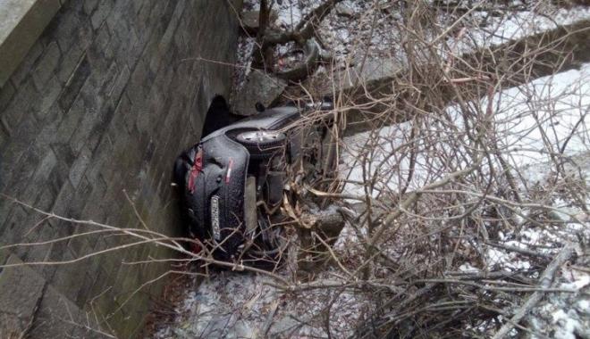 Foto: Accident spectaculos: o familie a plonjat cu maşina în gol