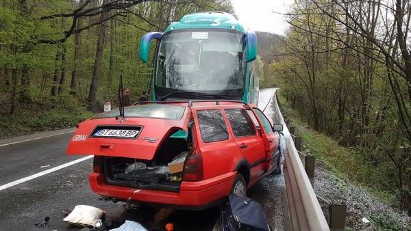 Foto: FOTO. ACCIDENT GRAV. AUTOCAR CU 28 DE PERSOANE IMPACT FRONTAL CU O MAȘINĂ