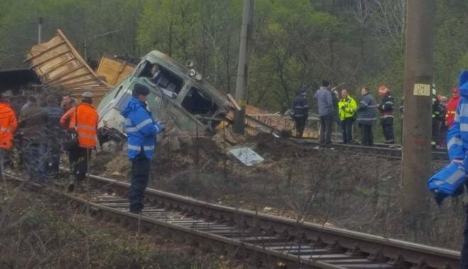 Foto: A fost ridicată CUTIA NEAGRĂ a locomotivei care a deraiat, pentru a se stabili viteza cu care circula