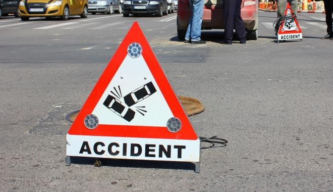 Foto: ACCIDENT CU TREI MAŞINI IMPLICATE, pe strada SOVEJA! Unui şofer i s-a făcut rău la volan