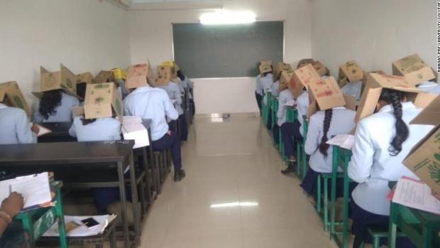 Foto: Elevi de liceu, forțați să poarte pe cap cutii de carton ca să nu copieze la examen