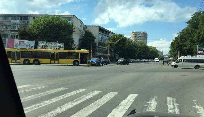Foto: Panică printre călători. Accident între un autobuz RATC şi o Dacie Logan