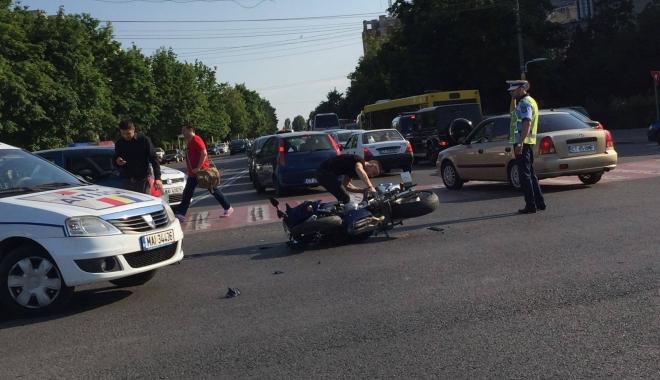Foto: Galerie foto. ACCIDENT RUTIER, ÎN ZONA FAR. UN MOTOCICLIST A FOST IMPLICAT
