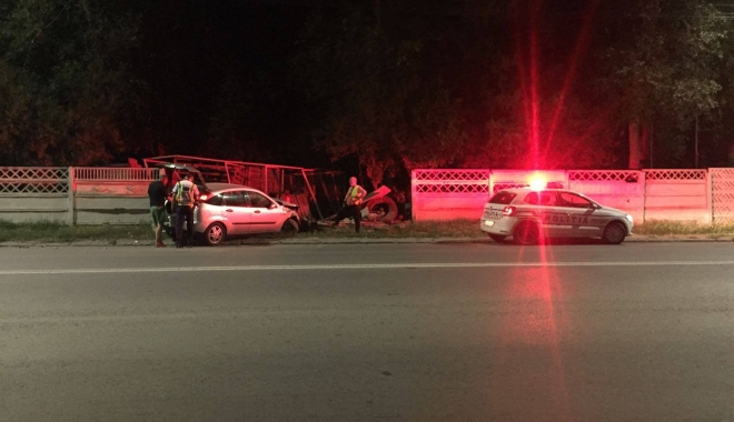 Foto: Galerie foto. ACCIDENT RUTIER GRAV, ÎN CONSTANŢA. Un şofer a intrat cu maşina într-un gard