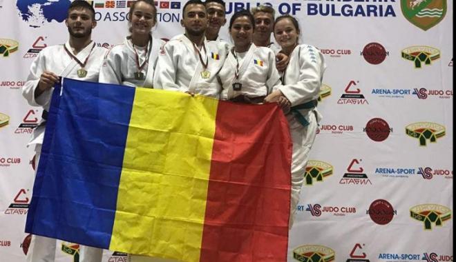 Foto: Judokanii români, medaliaţi cu aur la Balcaniada din Bulgaria