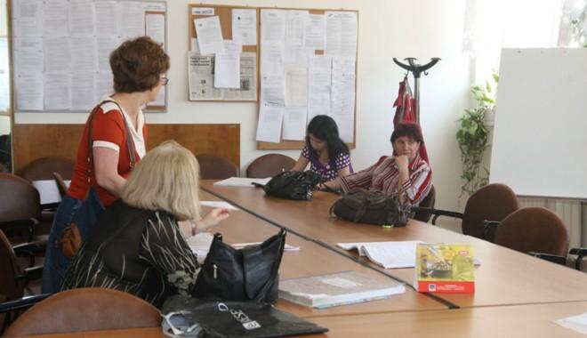 Foto: Profesorii constănţeni primesc înapoi banii pe concediu. Aflaţi când şi cât