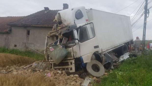 Foto: Un copil de 3 luni a fost rănit după ce un autocamion a intrat într-o casă