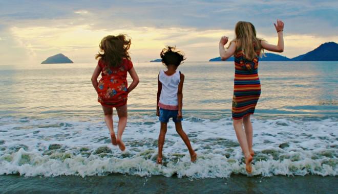 Foto: Jocuri pe plajă, îngheţată şi multă veselie, pentru copiii din centrele de plasament
