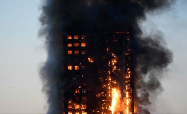Foto: GALERIE FOTO. INCENDIU LA LONDRA / Un bloc de locuinţe cu 30 de etaje cuprins de flăcări. Peste 30 de răniţi