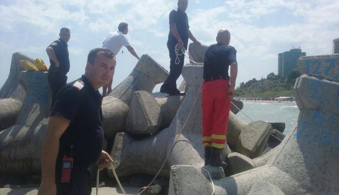 Foto: DOUĂ PERSOANE S-AU ÎNECAT ÎN APELE MĂRII, LA OLIMP! O victimă este prinsă între stabilopozi