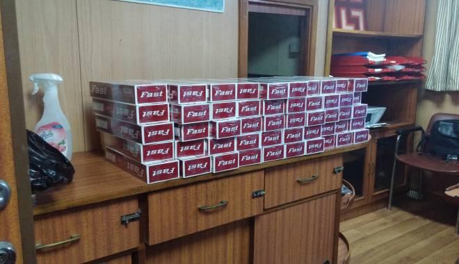 Sute de pachete cu ţigarete netimbrate descoperite pe o navă în Portul Constanţa - 20150530034232-1432980966.jpg