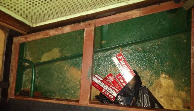 Sute de pachete cu ţigarete netimbrate descoperite pe o navă în Portul Constanţa - 20150530040742-1432980947.jpg