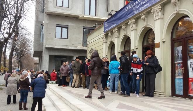 """Foto: REVOLTĂ la Teatrul de Stat Constanţa! Oamenii fac cale întoarsă: """"Nu se poate aşa ceva!"""""""