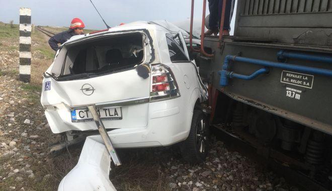 Foto: UPDATE. ACCIDENT RUTIER GRAV! Maşină lovită de tren, în judeţul Constanţa. O victimă este încarcerată
