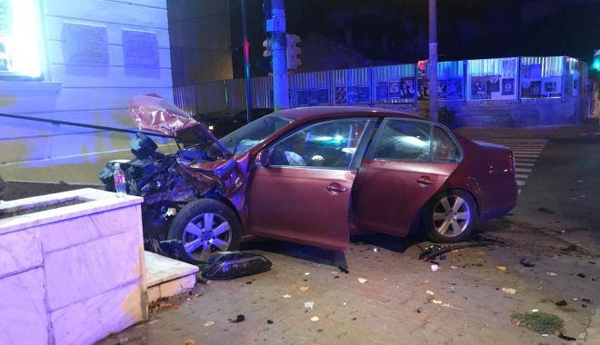 Accident rutier la Fantasio. Un autoturism a intrat în clădirea teatrului - 20181107203351-1541615666.jpg