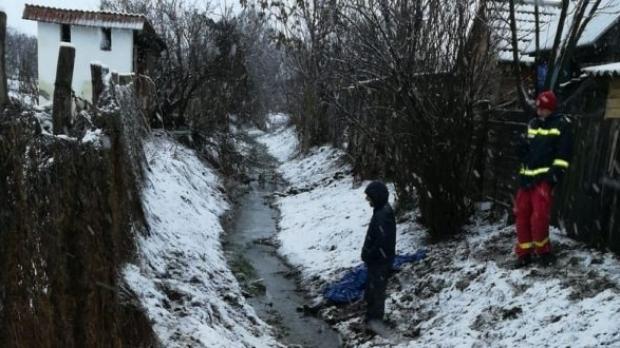 Foto: Femeie găsită moartă într-un pârâu. Poliţia a deschis dosar pentru ucidere din culpă