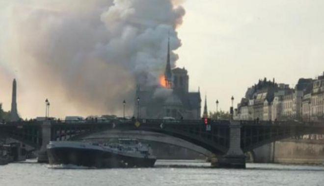 Imagini incredibile! Catedrala Notre-Dame din Paris arde ca o torță