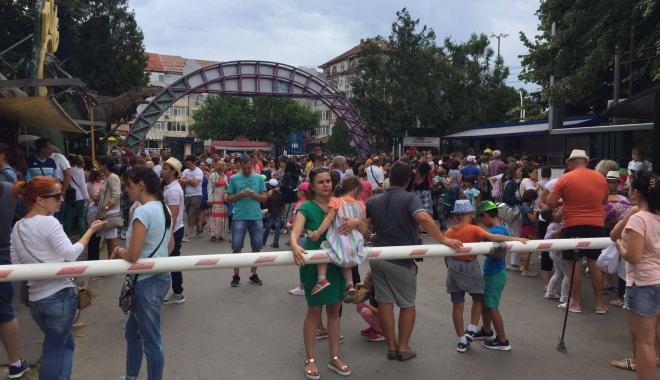 Foto: VIDEO. Aglomeraţie la Delfinariu! Sute de turişti stau la coadă
