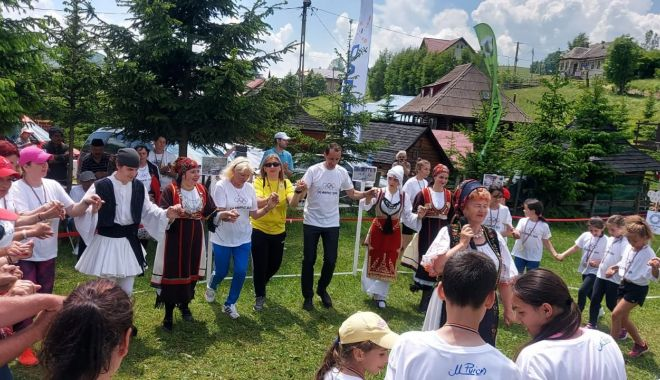 Olimpism / Maricica Puică şi Mihai Covaliu, în hora copiilor, de Ziua Olimpică, la Șirnea - 20558795157213373779412704279263-1624526612.jpg