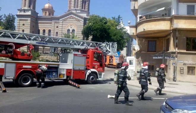 Foto: VIDEO. Incendiu în Piaţa Ovidiu. Pompierii se luptă cu flăcările / UPDATE