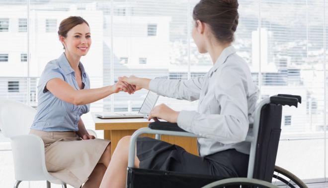 Foto: Bugetarii cu handicap grav primesc un spor de 15% la salariu, din această lună