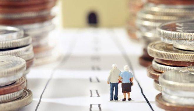 """Foto: Zeci de mii de pensionari primesc pensiile mărite de la 1 aprilie. Ministrul muncii: """"Sunt creşteri spectaculoase"""""""