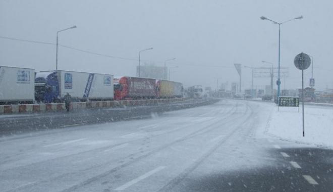 """Foto: Restricţii la frontiera cu Bulgaria. """"Se circulă în condiţii de iarnă"""""""