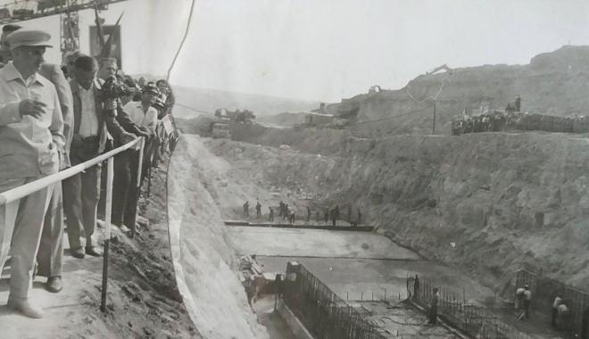 """Foto: Arhiva de Aur """"Cuget Liber"""". 1981 - Nicolae Ceauşescu, pe şantierul Centralei Cernavodă"""