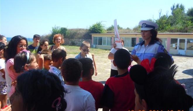 Foto: Sfaturi de la poliţiştii de la Rutieră pentru copiii din taberele de pe litoral