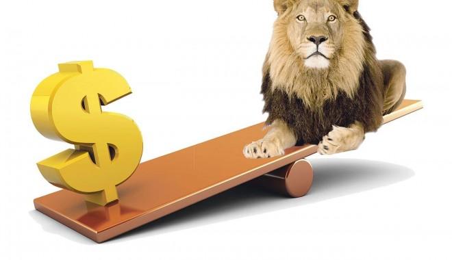 Foto: Şi dolarul american a mai intrat puţin la apă