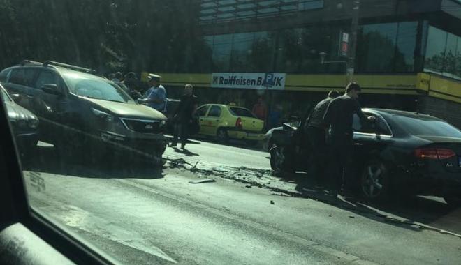 Accident între 3 autoturisme, pe bulevardul Alexandru Lăpușneanu. Traficul este îngreunat - 22195492153332721673465126860988-1507290701.jpg