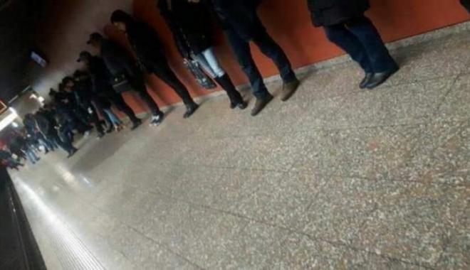 Foto: IMAGINEA ZILEI. Aşteptând metroul...