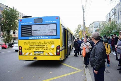 GALERIE FOTO / Panică printre călătorii unui autobuz RATC! UȘA AUTOVEHICULULUI S-A RUPT ÎN TIMPUL MERSULUI - 23548146150587686616571217104656-1510574049.jpg