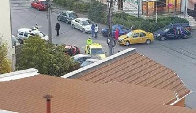 Foto: Accident grav la Casa de Cultură, cu două taxiuri. A fost solicitată ambulanţa