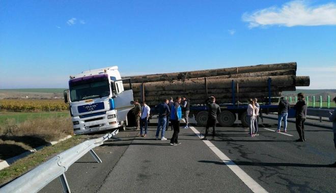 Foto: Trafic blocat pe A2! Un TIR a ieşit în decor - GALERIE FOTO