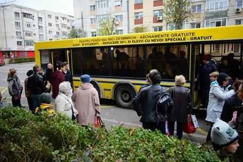 Foto: GALERIE FOTO / Panică printre călătorii unui autobuz RATC! UŞA AUTOVEHICULULUI S-A RUPT ÎN TIMPUL MERSULUI
