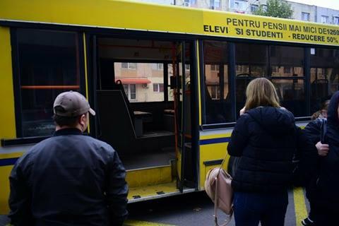 GALERIE FOTO / Panică printre călătorii unui autobuz RATC! UȘA AUTOVEHICULULUI S-A RUPT ÎN TIMPUL MERSULUI - 23584433150587687283237830951812-1510574029.jpg