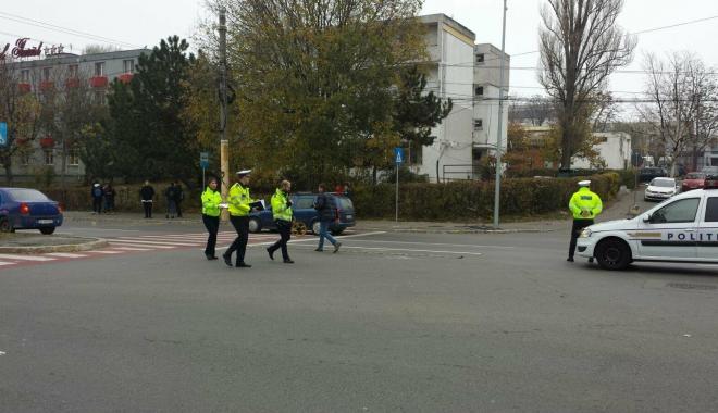 """Foto: FOTO-VIDEO / Pieton lovit pe trecere, pe bulevardul Mamaia. """"Victima a sărit pe capotă"""""""