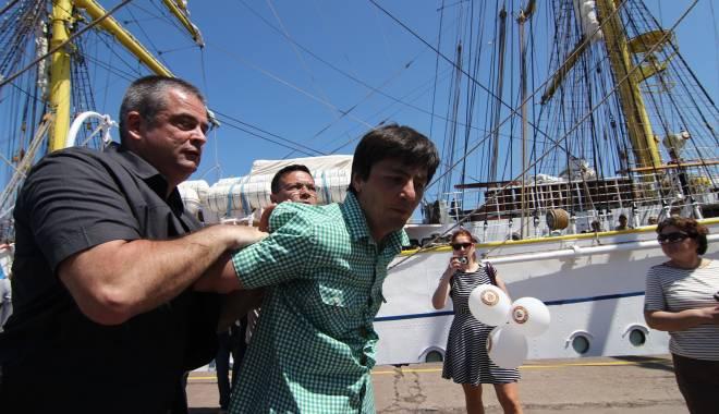 Bărbatul care l-a scuipat pe Traian Băsescu și-a aflat pedeapsa - 24noiembriezglobiucondamnat-1416840358.jpg
