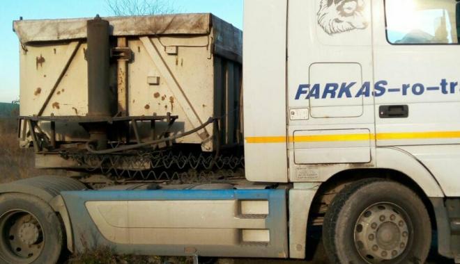GALERIE FOTO / Accident grav la Constanța. Impact teribil între o cisternă și o basculantă. O persoană este încarcerată - 25434123153927424949264027277181-1513323661.jpg
