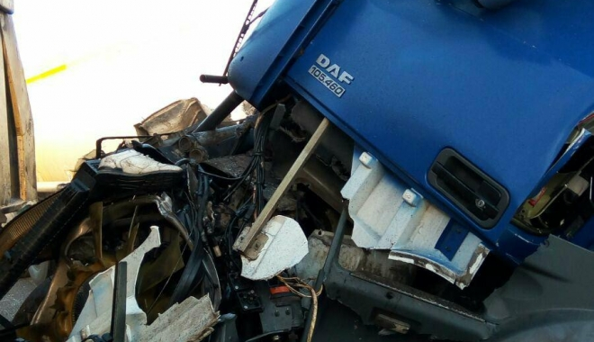 GALERIE FOTO / Accident grav la Constanța. Impact teribil între o cisternă și o basculantă. O persoană este încarcerată - 25434442153927424282597469248331-1513323654.jpg