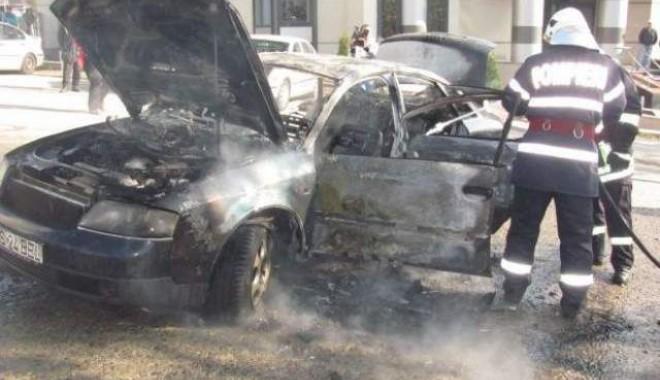 Foto: Mașină în flăcări, la Casa de Cultură din Constanța